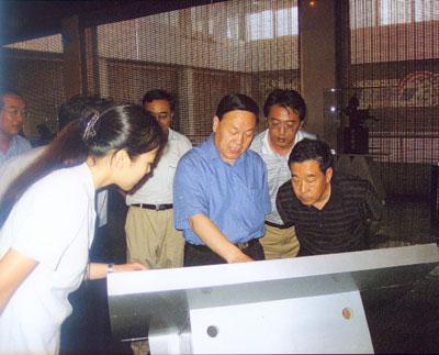 山西省煤炭工业局局长王守祯同志(中)现场指导基本陈列工作
