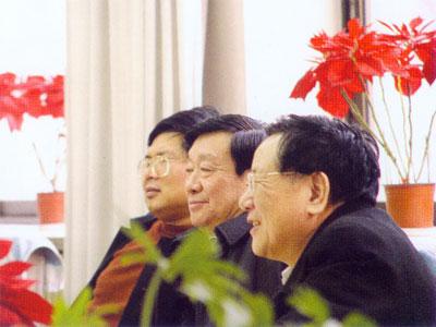 中国煤炭学会理事长、中国煤炭工业协会第一副会长、原煤炭工业工业部副部长濮洪九同志(中)带领学会专家研究煤博馆煤炭文物征集工作