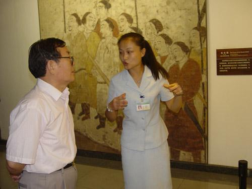 2005年9月国家旅游局孙副局长参观我馆壁画展