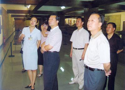 香港《文汇报》领导在山西省政府外宣办主任王建武同志(右二)的陪同下到中国煤炭博物馆交流文化宣传工作经验