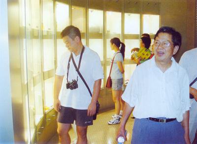 中国煤炭加工利用协会常务理事长洪绍和同志在我馆指导煤炭基本陈列工作