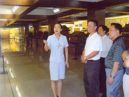 湖北常委宣传部领导参观壁画展