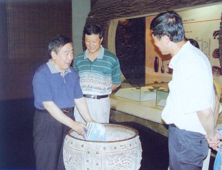 中国煤炭工业协会档案分会会长、国家煤炭档案馆原馆长刘洪波同志(中)在我馆指导煤炭基本陈列工作