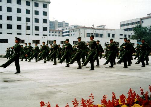 现代科技学院新生正在军训